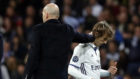 Zidane acaricia a Modric tras sustituirle