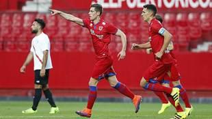 Jairo celebra su gol de penalti en el Sánchez Pizjuán que cortó la...