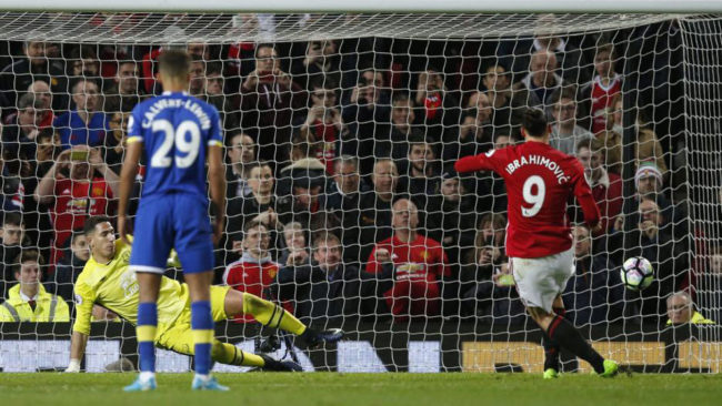 Ibra marca de penalti ante el Everton.