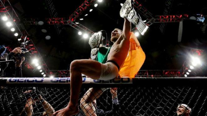McGregor celebra uno de sus títulos mundiales.