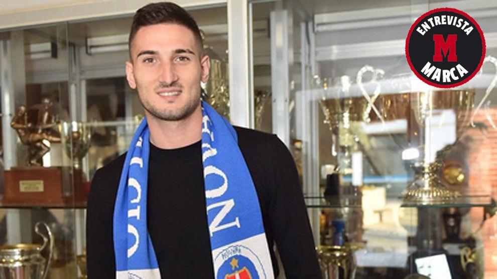 Federico Macheda, con la bufanda del Novara Calcio.