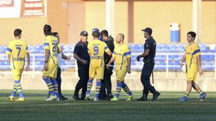 La policía habla con los jugadores del Canela 2010 tras la...
