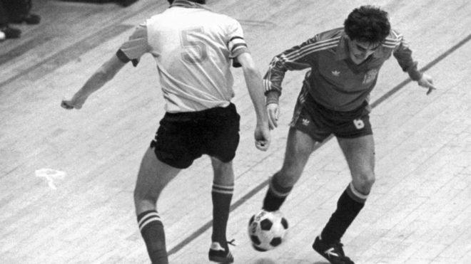 Hilario disputa un balón con un jugador belga en un amistoso en 1983.