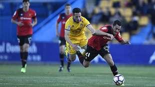 Toribio disputa un balón con Moutinho durante el partido del pasado...