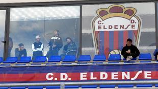 Jugadores del Eldense presencian un entrenamiento.