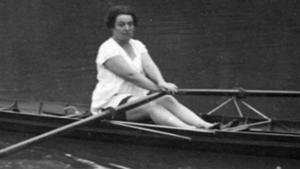 Alice Milliat practicando el remo, uno de sus deportes preferidos