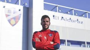 Carlos David posa para MARCA delante de El Alcoraz, su estadio en las...