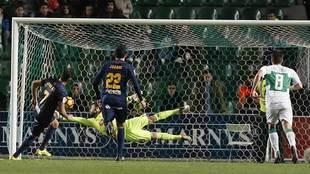 Juan Carlos intenta detenerle, sin éxito, el penalti a Jona en el...