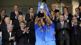 Los capitanes del Puertollano recogen el trofeo ganado en 2011 por...