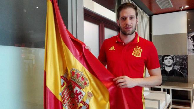 Solano posa con una bandera de España en la Ciudad del Fútbol de Las...