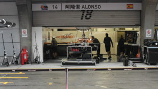 El box de McLaren Honda, durante la jornada de montaje de ayer en...
