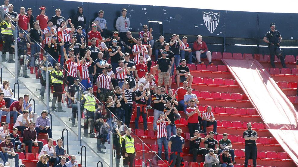 Aficionados del Sporting el pasado fin de semana en el Pizjuán