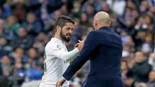 Isco se saluda con Zidane tras ser sustituido