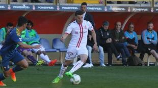Álex Gallar conduce el balón durante el encuentro ante el Celta B.