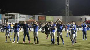 Los jugadores del Fuenlabrada saludan a la afición tras el final de...
