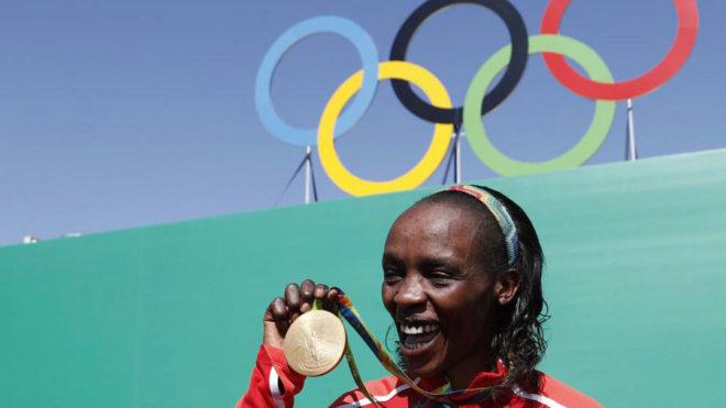 Jemima Sumgong posa con el oro olímpico en Río.