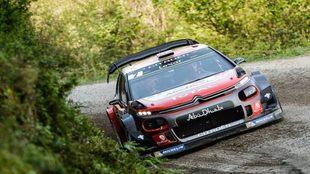 El piloto de Citroën mordiendo un interior con su C3 WRC