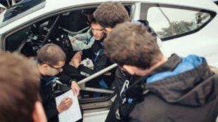 Ogier charlando con sus ingenieros