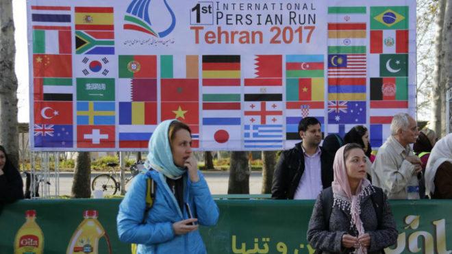 Dos mujeres durante el Maratón de Teherán.