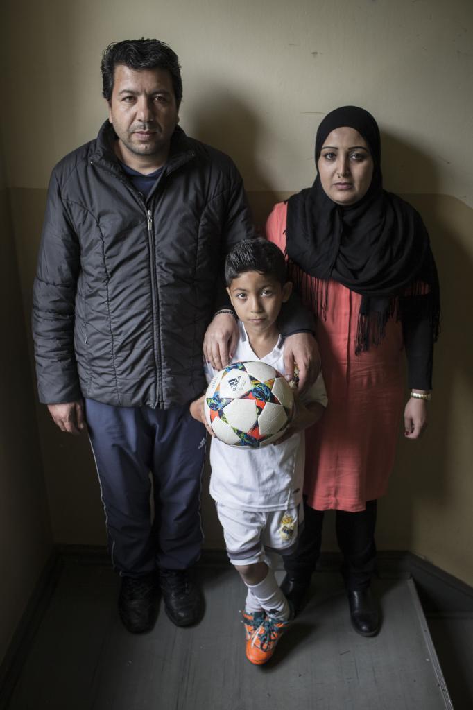 Ahmad junto a sus padres Mohammed y Afaf.