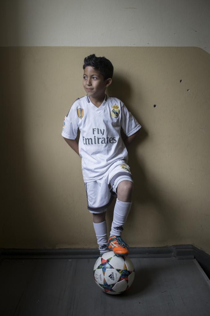 Cristiano Ronaldo es el ídolo de Ahmad. Celbra los goles como él y...