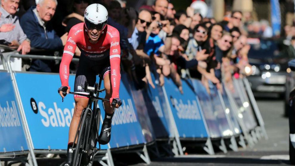 Alberto Contador llegando a la meta de Eibar.