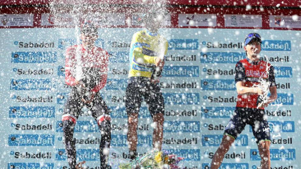Ion Izagirre, a la derecha de la imagen, celebrando el podio con...