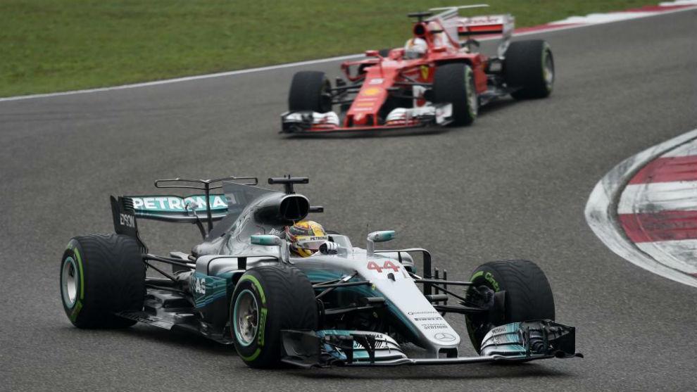 Lewis Hamilton por delante de Sebastian Vettel