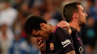 Neymar, cabizbajo, con Alc�cer, al fondo.