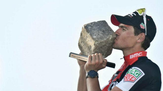 Greg Van Avermaet besa el trofeo que le acredita como ganador.