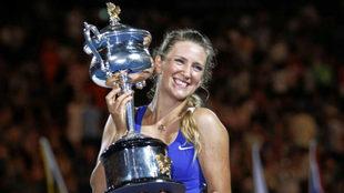 Victoria Azarenka levante el trofeo tras ganar el Open de Australia de...