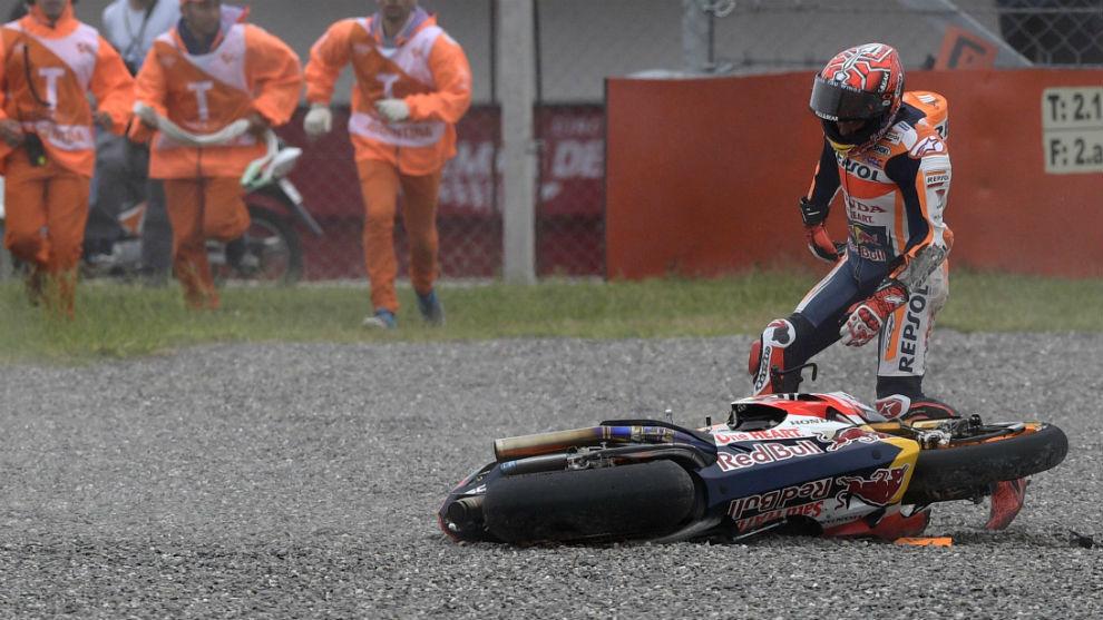 Márquez trata de coger la moto tras caerse
