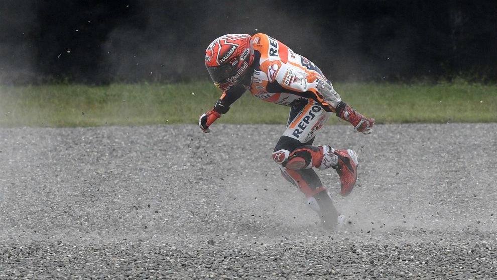 Marc Márquez, en la grava, nada más caerse en la curva 2 del...
