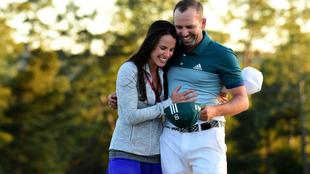 Sergio abraza a su novia Angela Akins, una reportera de Golf Channel.