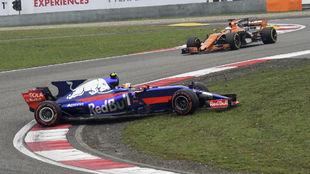 Sainz, sufriendo en las primeras curvas con el neum�tico superblando.