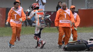 Márquez se cayó en la curva 2 cuando era líder, le sacaba dos...
