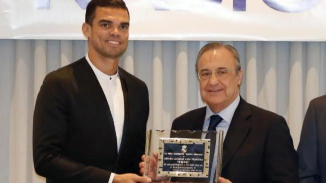 Pepe recibe una placa de Florentino en la pe�a Ram�n Mendoza.