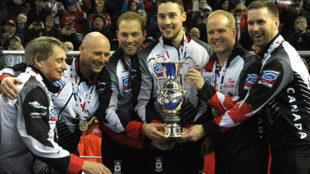 El equipo de Canadá con el trofeo que acredita al campeón mundial.