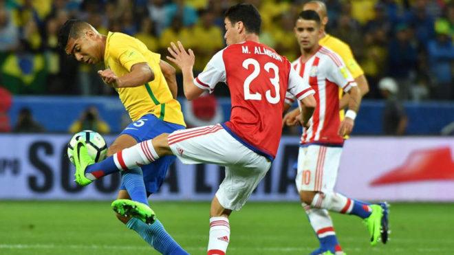 Almirón pugna por un balón con Casemiro en el último...