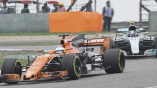 Alonso, por delante de Bottas durante el Gran Premio de China...