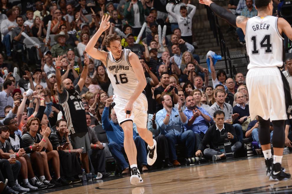 Pau Gasol tras anotar uno de sus 54 triples con los Spurs