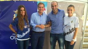 Kike Alcázar (derecha), junto al alcalde de Xàtiva en un acto...