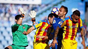 Los jugadores del Levante y Getafe durante su último enfrentamiento
