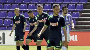 Los jugadores del Córdoba, cabizbajos tras la derrota en Zorrilla