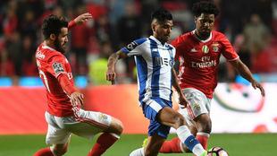 Corona, en una acción del partido entre el Porto y el Benfica.