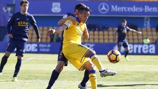 Kadir controla un balón en el partido frente al UCAM Murcia