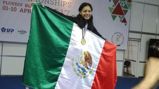 Botello posa orgullosa con la bandera de México y su medalla dorada.
