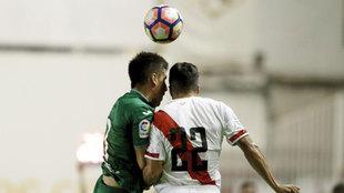 Diego Aguirre pugnando por un balón