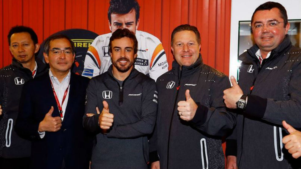 Alonso posa con miembos de McLaren Honda como Hasegawa, Brown o...