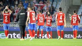 Los jugadores del Sporting dan las gracias asu p�blico en el partido...
